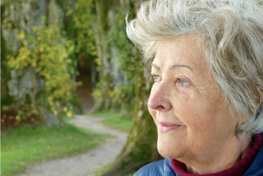 肌の老化による目元のしわに悩む女性
