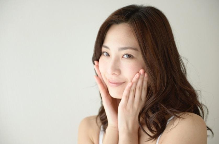 保湿化粧水を使う女性