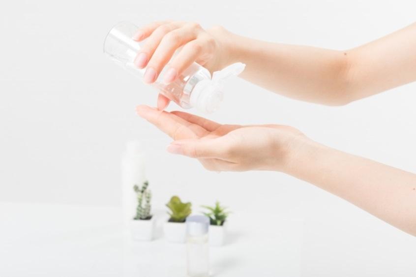 ビタミンC誘導体化粧水を使う女性の手